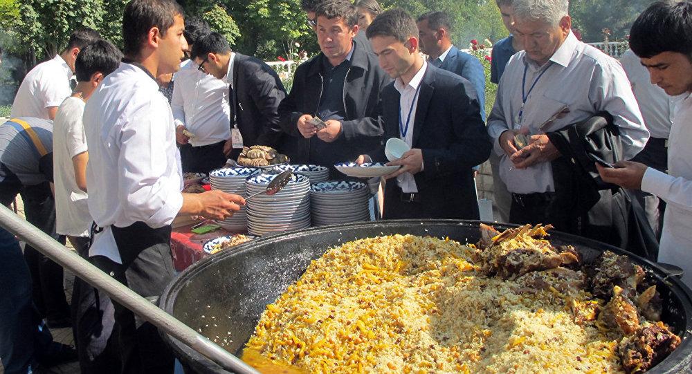 Большой казан на празднике плова в Узбекистане