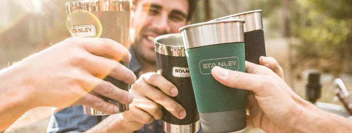 Компания с термокружками Stanley в руках
