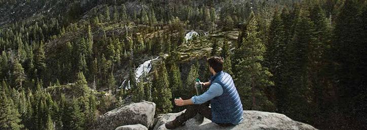 С термосом Stanley в лесу